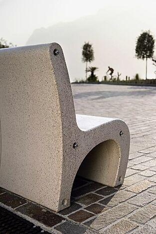 Sitz GEA aus Beton, in Granitoptik weiß