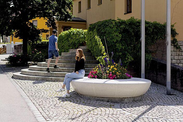 Rundbank OLIMPO aus Beton, in Granitoptik weiß