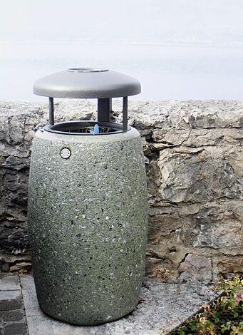 Abfallbehälter ORIONE aus Marmor gestockt, mit Stahl-Schutzdach in Sonderfarbe RAL 9007 graualuminium (auf Anfrage) und Ascher, in grün alpi
