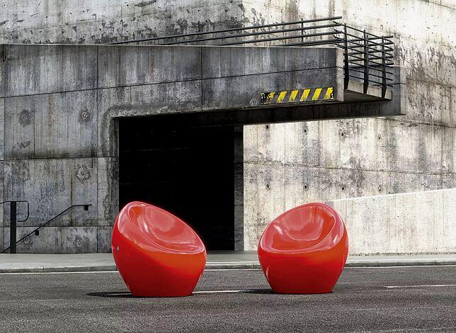 Sitze CUDDLY zum freien Aufstellen, aus Beton, in RAL 3000 feuerrot