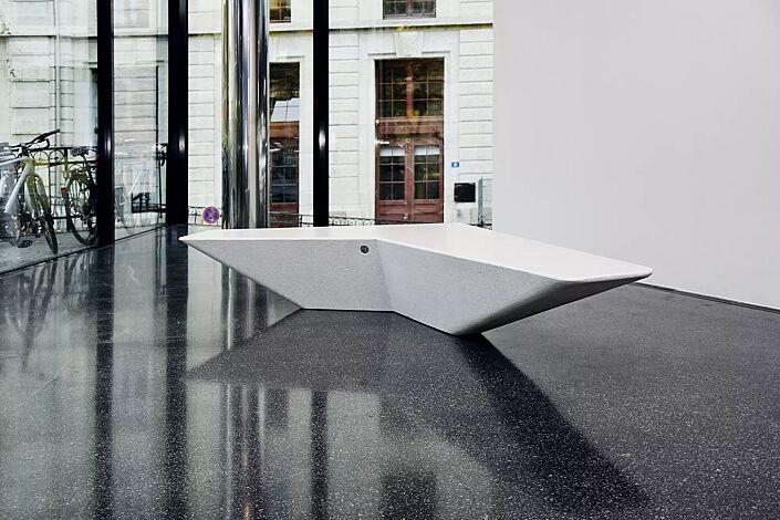 Sitzbank ARROW aus Beton, in Granitoptik weiß