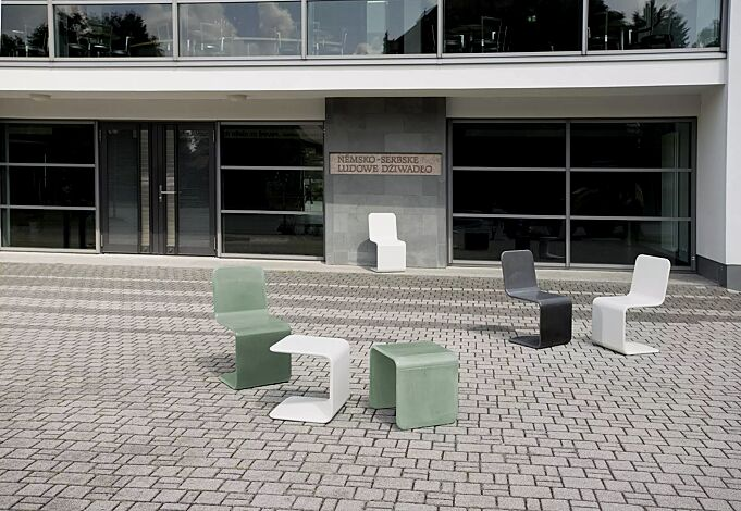 Tisch CLIP zum freien Aufstellen, aus UTC®-Beton in mintgrün, Sitz SPRING in weiß und Sitze ROGER in weiß, dunkelgrau bzw. mintgrün