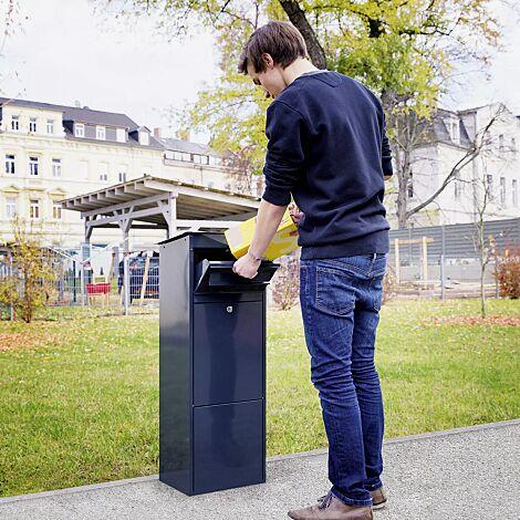 Post in Einwurfklappe einlegen