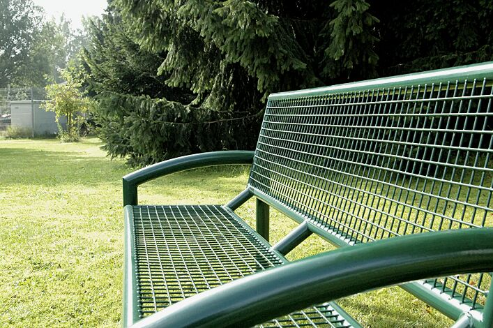 Detail: Sitzbank TORRE mit Rückenlehne in RAL 6005 moosgrün