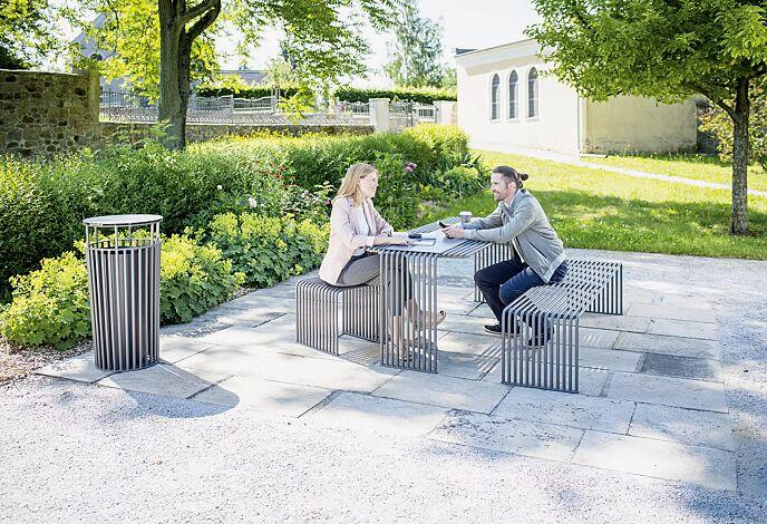 Kollektion ANZIO bestehend aus Abfallbehälter, Tisch, Sitzbank und Sitz, in eisenglimmergrau