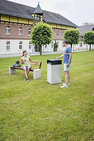 Abfallbehälter BRNO mit Schutzdach und Ascher, in RAL 7021 schwarzgrau sowie Sitzbank BRNO