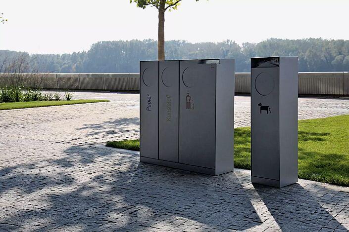 Abfallbehälter CRYSTAL TRIO mit 1 Ascher, 2 x 32 und 1 x 55 Liter, mit Einwurfklappe, in DB 703 eisenglimmer, Siebdruck in RAL 5002 ultramarinblau, RAL 1028 melonengelb und RAL 3020 verkehrsrot