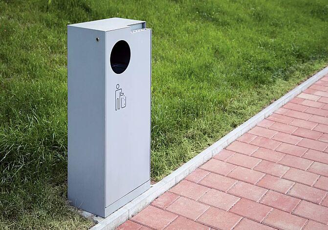 Abfallbehälter CRYSTAL mit Ascher, 55 Liter, ohne Einwurfklappe, in RAL 9006 weißaluminium, Siebdruck in RAL 9007 graualuminium