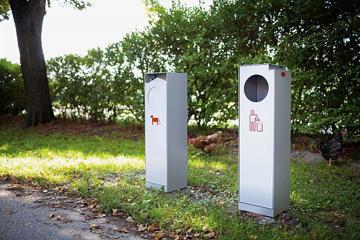 Abfallbehälter CRYSTAL mit Ascher, 32 Liter, ohne Einwurfklappe, in RAL 9006 weißaluminium, Siebdruck in RAL 3020 verkehrsrot