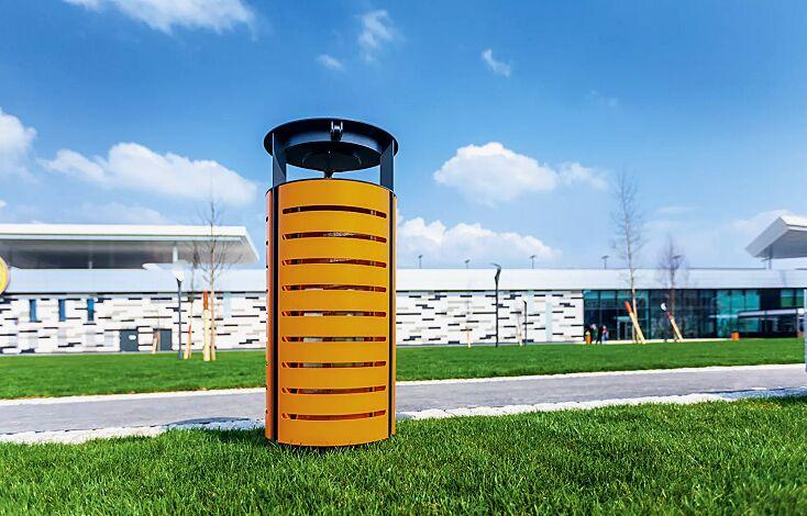 Abfallbehälter DIAGONAL, rund, mit Schutzdach und Ascher, Korpus: gestanztes Stahlblech, in RAL 2008 hellrotorange