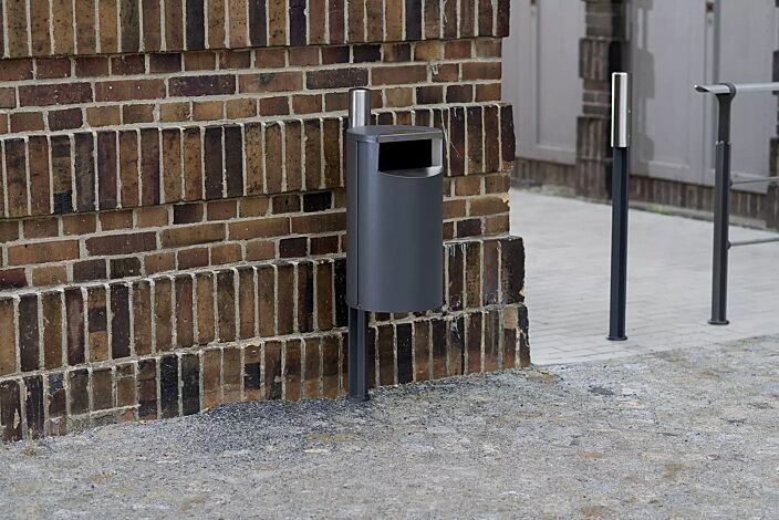 Kollektion EVEOLE bestehend aus Abfallbehälter, Poller und Geländer
