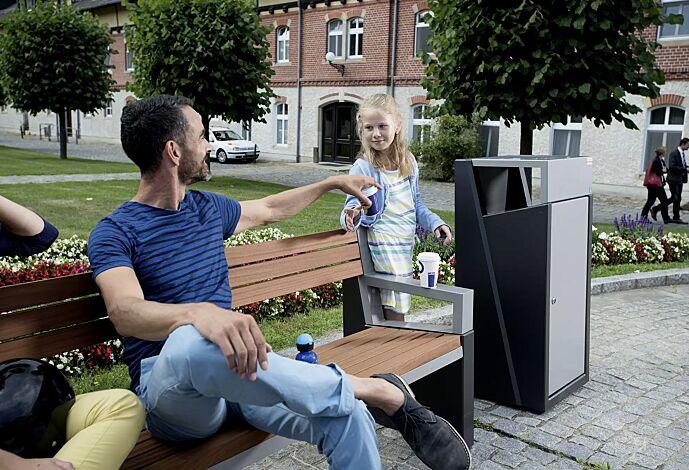 Abfallbehälter INTAL mit Ascher, Schutzdach und Tür in RAL9007 graualuminium, Beton in graphit und Sitzbank INTAL mit Rückenlehne