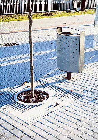 Abfallbehälter LENA mit Ascher, 70 Liter, mit Standfuß zum Aufdübeln, Korpus: perforiertes Stahlblech, in RAL 9006 weißaluminium und RAL 7016 anthrazitgrau