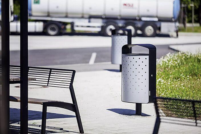 Abfallbehälter LENA mit Ascher, 70 Liter, mit Standfuß zum Aufdübeln, Korpus: perforiertes Stahlblech, in RAL 9006 weißaluminium und RAL 7016 anthrazitgrau (zweifarbig auf Anfrage)
