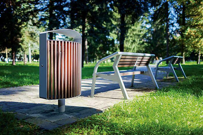 Abfallbehälter LENA mit Ascher, 70 Liter, mit Standfuß zum Aufdübeln, Korpus: Jatobaholzbelattung, Stahlteile in RAL 9006 weißaluminium