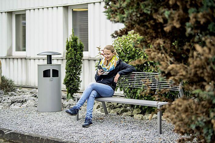 Abfallbehälter MATANE mit Ascher, Korpus in weißaluminium ähnlich RAL 9006, Dach in antik-silber und Sitzbank VERA