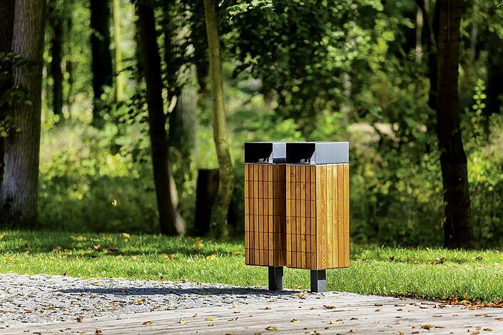 Abfallbehälter NANUK, quadratisch, mit Schutzdach, Korpus: Robinienholzbelattung, Stahlteile in DB 703 eisenglimmer