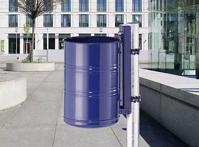 """<div id=""""container"""" class=""""container"""">Abfallbehälter NOSTALGIA, Vollblech, 35 Liter, in RAL 5013 kobaltblau, mit Befestigungsschellen-Set (Mehrpreis) befestigt an feuerverzinktem Pfosten (Zubehör)</div>"""