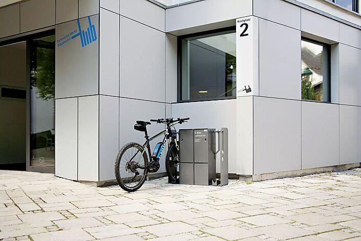 Fahrrad-Abstellanlage VELO-CONNECTOR mit Ladeschließfach, für Radeinstellung links bzw. rechts, Stahlteile in DB 703 eisenglimmer