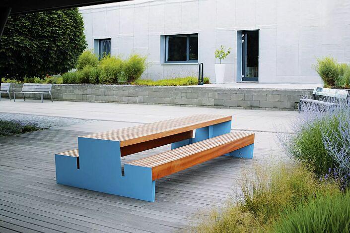Bank-Tisch-Kombination BLOCQ mit Jatobaholzbelattung, Stahlteile in RAL 5015 himmelblau