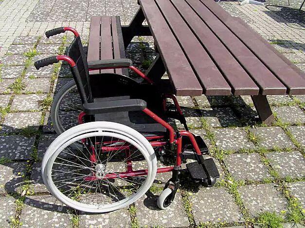 Bank-Tisch-Kombination COMMON, je Tischseite 1 Rollstuhlstellplatz