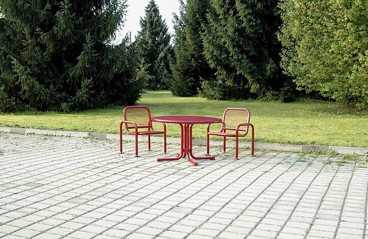 Tisch EGNA in RAL 3000 feuerrot und Sitz EGNA