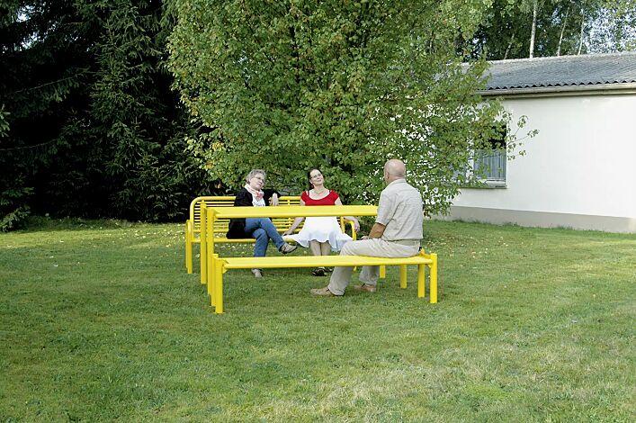 Bank-Tisch-Kombination GLURNS bestehend aus Sitzbank mit und ohne Rückenlehne und einem Tisch, in RAL 1018 zinkgelb