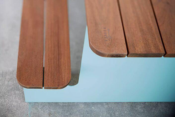 Bank-Tisch-Kombination WAVER mit Sapeliholzbelattung, Stahlteile in RAL 5021 wasserblau