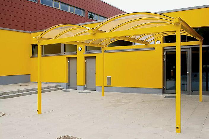 KALLISTO als Eingangsüberdachung, Dachbreite x Dachtiefe 5120 mm x 5000 mm, Stahlkonstruktion in RAL 1003 signalgelb
