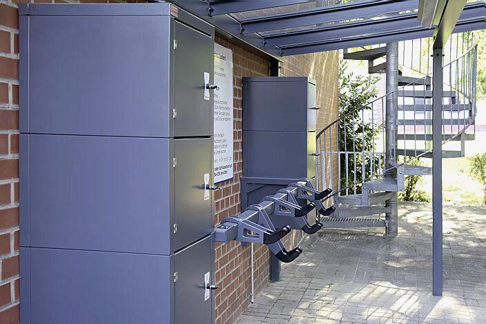 Design-Lenkerhaltersystem UNIT einseitig, 6 Stellplätze, in RAL 7024 graphitgrau, integriert in Fahrradüberdachung PEGASUS mit Schließfachanlage SECURE