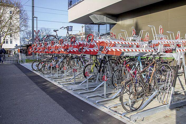 Doppelstock-Fahrradparksystem EASYLIFT 500 D-E mit Lademöglichkeit für E-Bikes