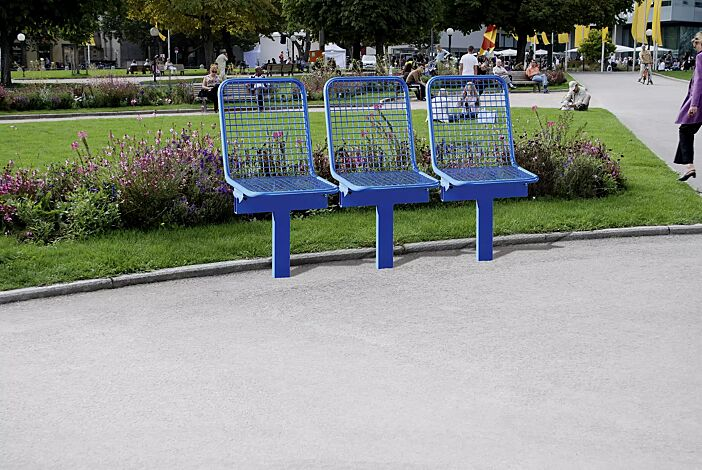 Drahtgittersitze TARVIS, 3 x 1-Sitzer zum Einbetonieren, in RAL 5017 verkehrsblau