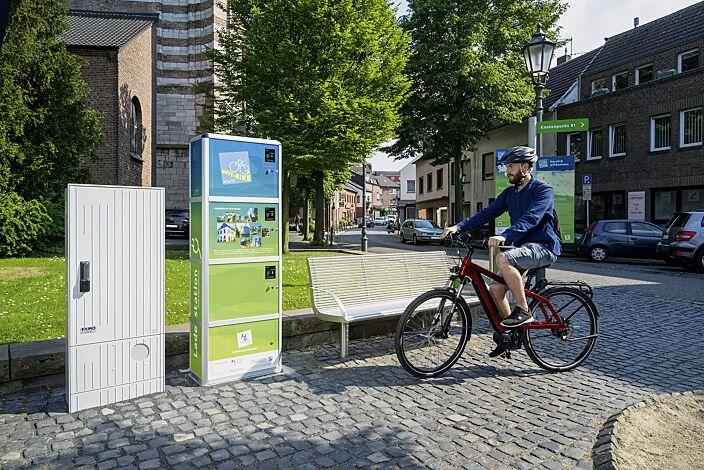 E-Bike-Ladestellenschrank AMARO mit 3 großen Schließfächern, PIN-Code-Autorisierung, Druck und Beklebung mit Werbefolie (Mehrpreis)