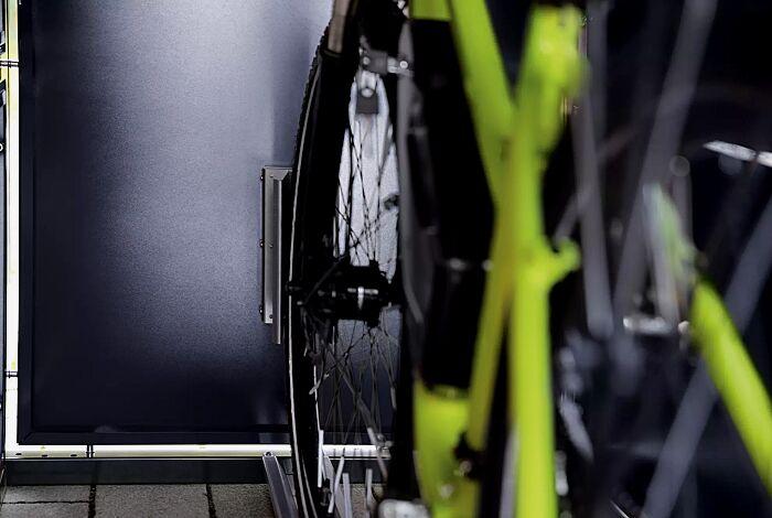 Detail: Radhalteklemme an Rückwand
