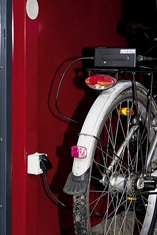 Detail: Elektroleiste mit 230V-Steckdose und LED-Licht