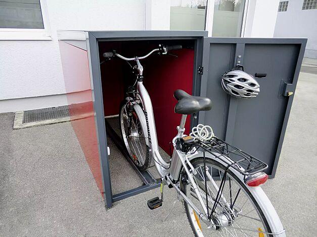 Fahrradgarage SLIGO, Elektroleiste mit 230V-Steckdose und LED-Licht, Stahlkonstruktion in RAL 7016 anthrazitgrau, Wandelemente in RAL 3003 rubinrot, mit Innenwandbeschichtung (Mehrpreis)