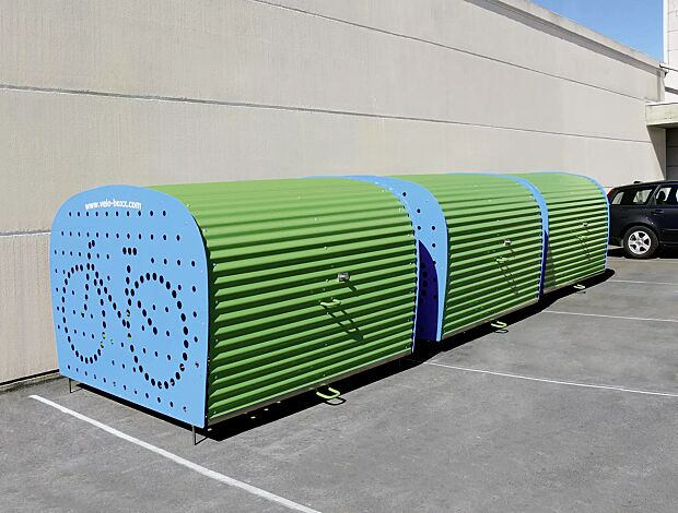 Fahrradgarage VELO-BOXX®-Professional mit Klappflügeltür aus Wellblech in RAL 6018 gelbgrün, Seitenwände in RAL 5012 lichtblau (auftragsbezogene Pulverbeschichtung)