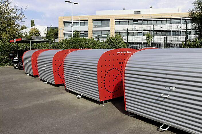 Fahrradgarage VELO-BOXX®-Professional mit Klappflügeltür aus Wellblech in RAL 9007 graualuminium, Seitenwände in RAL 3000 feuerrot (auftragsbezogene Pulverbeschichtung)