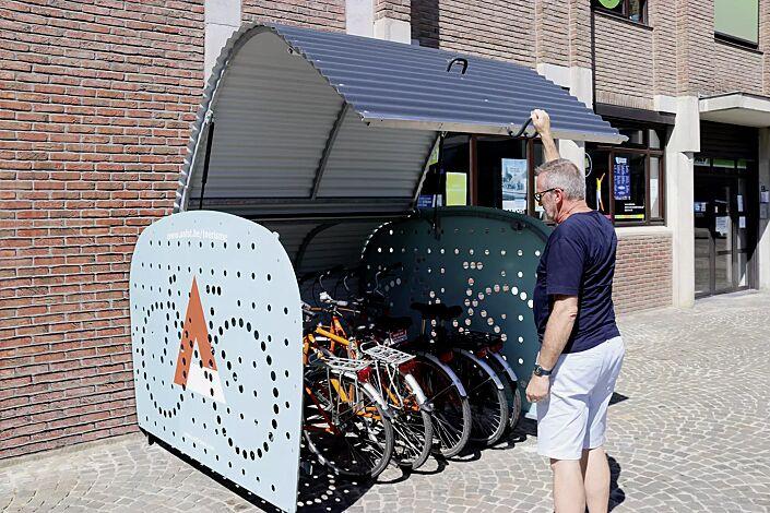 Fahrradgarage VELO-BOXX®-Professional mit Klappflügeltür aus Wellblech in RAL 7016 anthrazitgrau, Seitenwände in RAL 7004 signalgrau, Werbefolie bauseitig