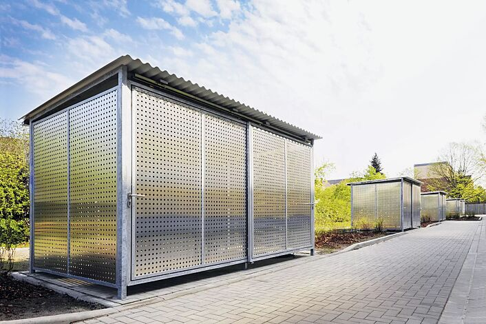 Fahrradhaus FORTUNA, für 8 Fahrräder, Dachbreite x Dachtiefe 4200 mm x 2500 mm, Dacheindeckung Wellblech, Wände Aluminium-Lochblech