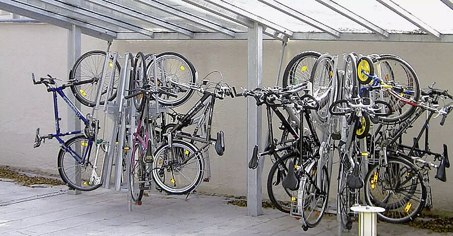 Fahrradpark-Karussell YORO zum Einbetonieren (auf Anfrage), integriert unter einer Überdachung