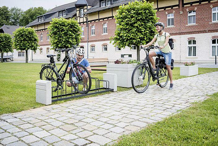 Fahrradständer BRNO, Stahlteile in RAL 7021 schwarzgrau sowie Sitzbank und Pflanzbehälter BRNO