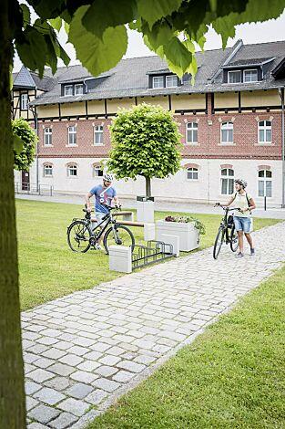 Kollektion BRNO bestehend aus Fahrradständer, Sitzbank, Abfallbehälter und Pflanzbehälter