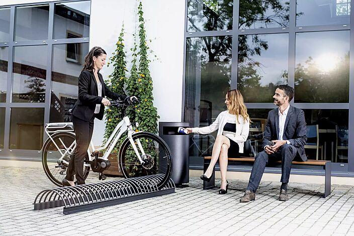 Fahrradständer CIMA in RAL 7016 anthrazitgrau sowie Abfallbehälter und Sitzbank CIMA
