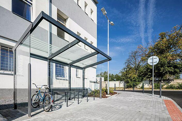 Fahrradüberdachung AUREO VELO, Dachbreite x Dachtiefe 4175 mm x 2500 mm, inklusive Rück- und Seitenwände ESG, Klarglas mit Siebdruckdekor, Anlehnbügel EDGETYRE, Stahlkonstruktion in RAL 7016 anthrazitgrau