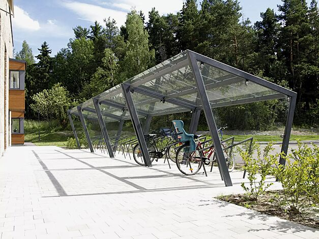 Fahrradüberdachung EDGE, einseitig, 4 x Dachbreite x Dachtiefe 3900 mm x 2500 mm in Reihe gestellt, Dacheindeckung VSG, Klarglas, mit Seitenwänden und Anlehnbügel EDGETYRE, Stahlkonstruktion in RAL 7016 anthrazitgrau