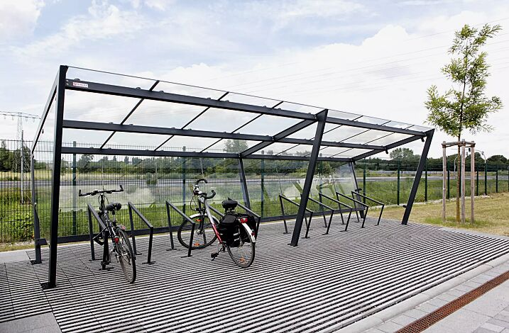 Fahrradüberdachung EDGE, einseitig, Dachbreite x Dachtiefe 7700 mm x 2500 mm, Dacheindeckung VSG, Klarglas, mit Seitenwänden und auftragsbezogener Rückwand ESG, Klarglas sowie Anlehnbügel EDGETYRE, Stahlkonstruktion in RAL 7016 anthrazitgrau
