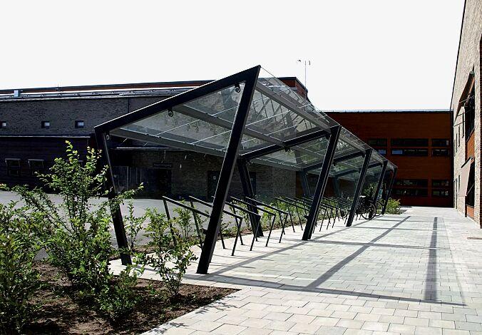 Fahrradüberdachung EDGE, einseitig, Dachbreite x Dachtiefe 7700 mm x 2500 mm, Dacheindeckung VSG, Klarglas, mit Seitenwänden und Anlehnbügel EDGETYRE, Stahlkonstruktion in RAL 7016 anthrazitgrau