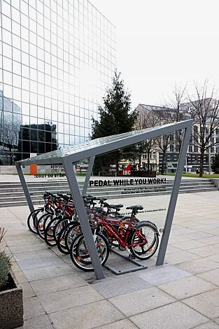 Fahrradüberdachung EDGE, einseitig, Dachbreite x Dachtiefe 3900 mm x 2500 mm, Dacheindeckung VSG, Klarglas, auftragsbezogenes Scheibendekor in der Seitenscheibe, mit Anlehnbügel EDGETYRE, Stahlkonstruktion in RAL 9007 graualuminium