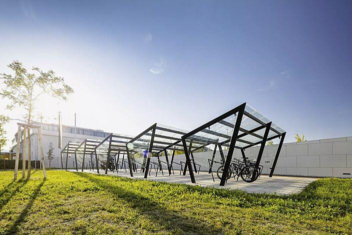 Fahrradüberdachung EDGE, einseitig, 5 Anlagen, Dachbreite x Dachtiefe 7700 mm x 2500 mm, Dacheindeckung VSG, Klarglas, auftragsbezogenes Scheibendekor in der Seitenscheibe, mit Anlehnbügel EDGETYRE, Stahlkonstruktion in RAL 7016 anthrazitgrau